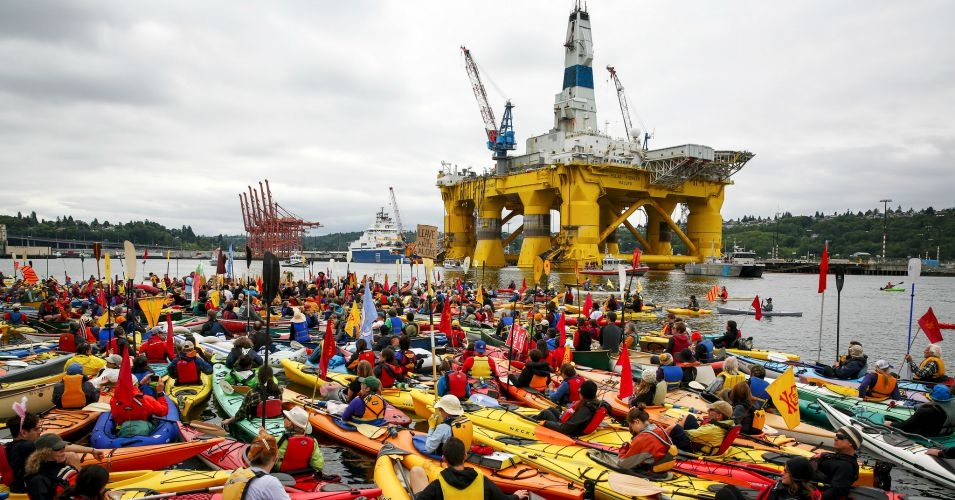Activists surround a Shell drilling rig in Seattle as the oil company attempts to move its vessels into the Arctic for a drilling operation. (Photo: Backbone Campaign/flickr/cc)