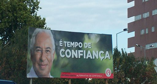 Billboard for António Costa, leader of the PS. Photo by El-Kelaa-des-Sraghna (Own work) [CC BY-SA 4.0], via Wikimedia Commons