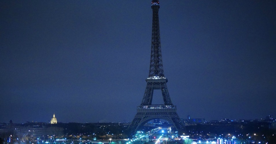 Paris takes part in Earth Hour 2016 turning off lights at the Eiffel Tower. (Photo: Yann Caradec/flickr/cc)