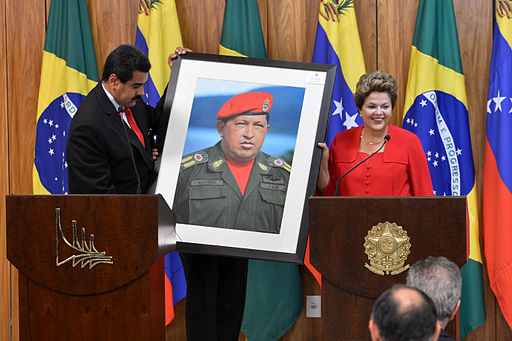 Dilma Rousseff receiving a picture of Hugo Chávez from Nicolás Maduro. Photo: Valter Campanato/ABr (Agência Brasil) [CC BY 3.0 br], via Wikimedia Commons