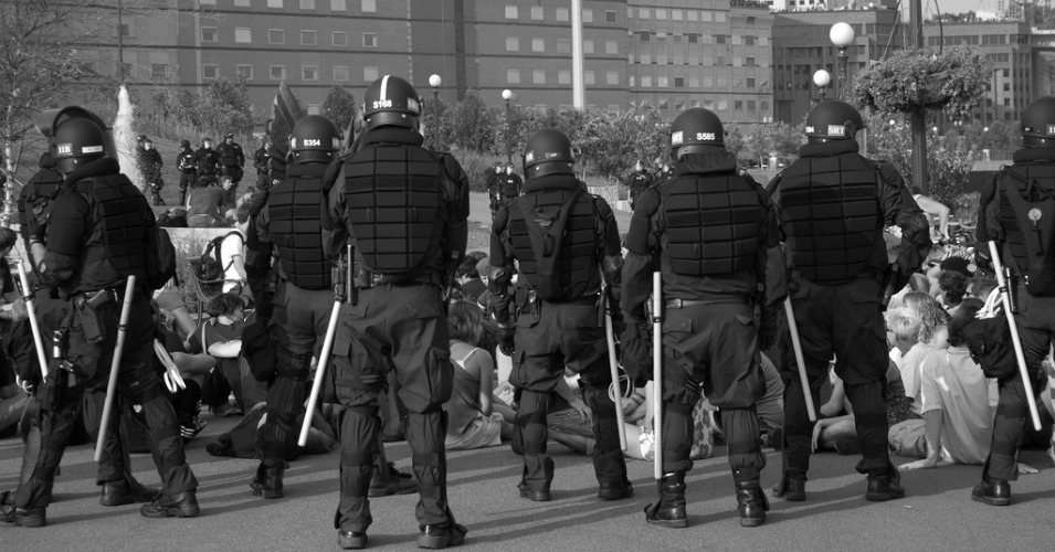 Police in riot gear stand behind a group of protesters at the 2008 RNC in St. Paul, Minnesota. (Photo: Brendan Scherer/flickr/cc)