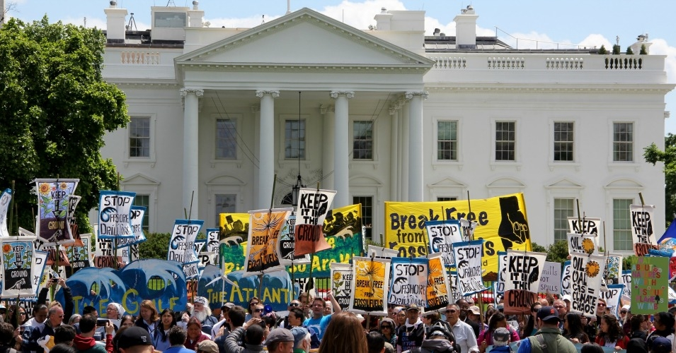 A Break Free From Fossil Fuels action outside the White House in March 2016 calls on President Obama to stop new offshore drilling. (Photo: Erica F/flickr/cc)